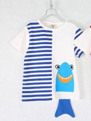 เสื้อยืดเด็กแขนสั้น CI-SI สีขาว-ลายขวางฟ้า สกรีนและแต่งหางปลาฉลาม 4