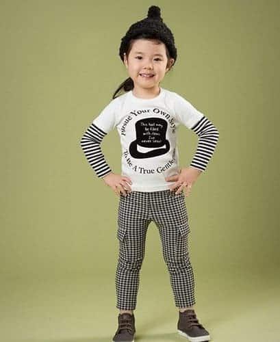 เสื้อยืดเด็กแขนยาวต่อแขนลายขวาง สีขาวสกรีนลายหมวก 1