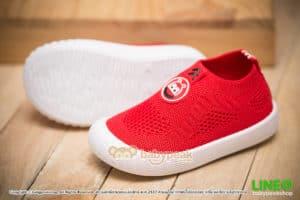 รองเท้าผ้าใบเด็กแบบสวมสีแดง